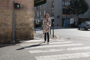 Déficient visuel avec canne blanche traversant la rue à Champagne au Mont d'or