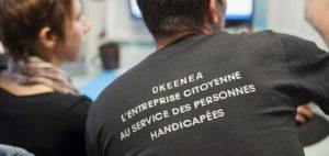 Deux personnes de dos ayant la marque Okeenea sur le t shirt