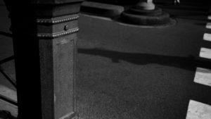 Vue rapprochée d'un passage piéton en noir et blanc