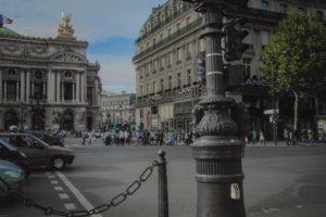 carrefour parisien, vue de la circulation et des traversées piétonnes