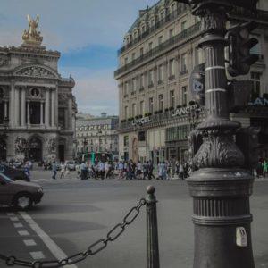 Plan large d'un carrefour de la Ville de Paris, avec circulation et traversées piétonnes