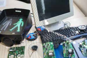 atelier de paramétrage, cartes électroniques, figurines piétons, ordinateur et clavier