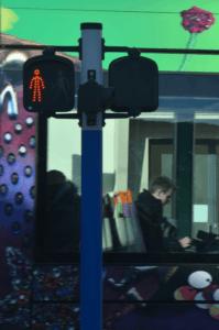 figurine piéton en phase rouge et tramway en mouvement