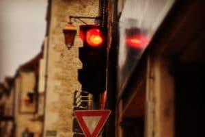 Feu tricolore sur le rouge dans une rue