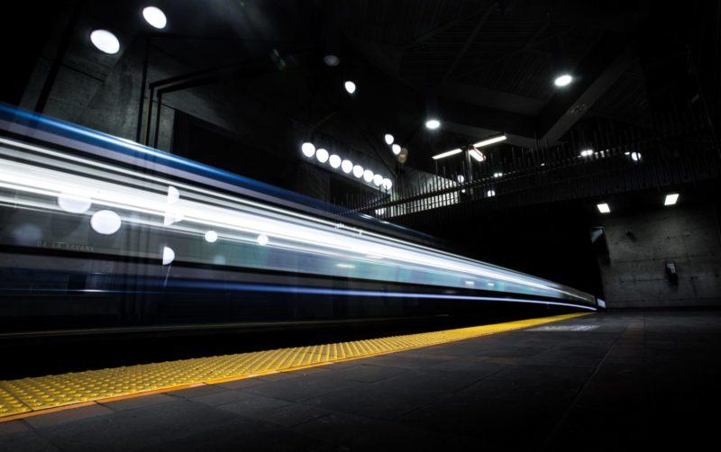 Les gares SNCF s'équipent en balises sonores : découvrez comment Okeenea Tech a adapté son offre pour l'environnement ferroviaire