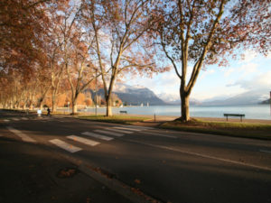 Traversée piétonne avec le lac d'Annecy en arrière-plan