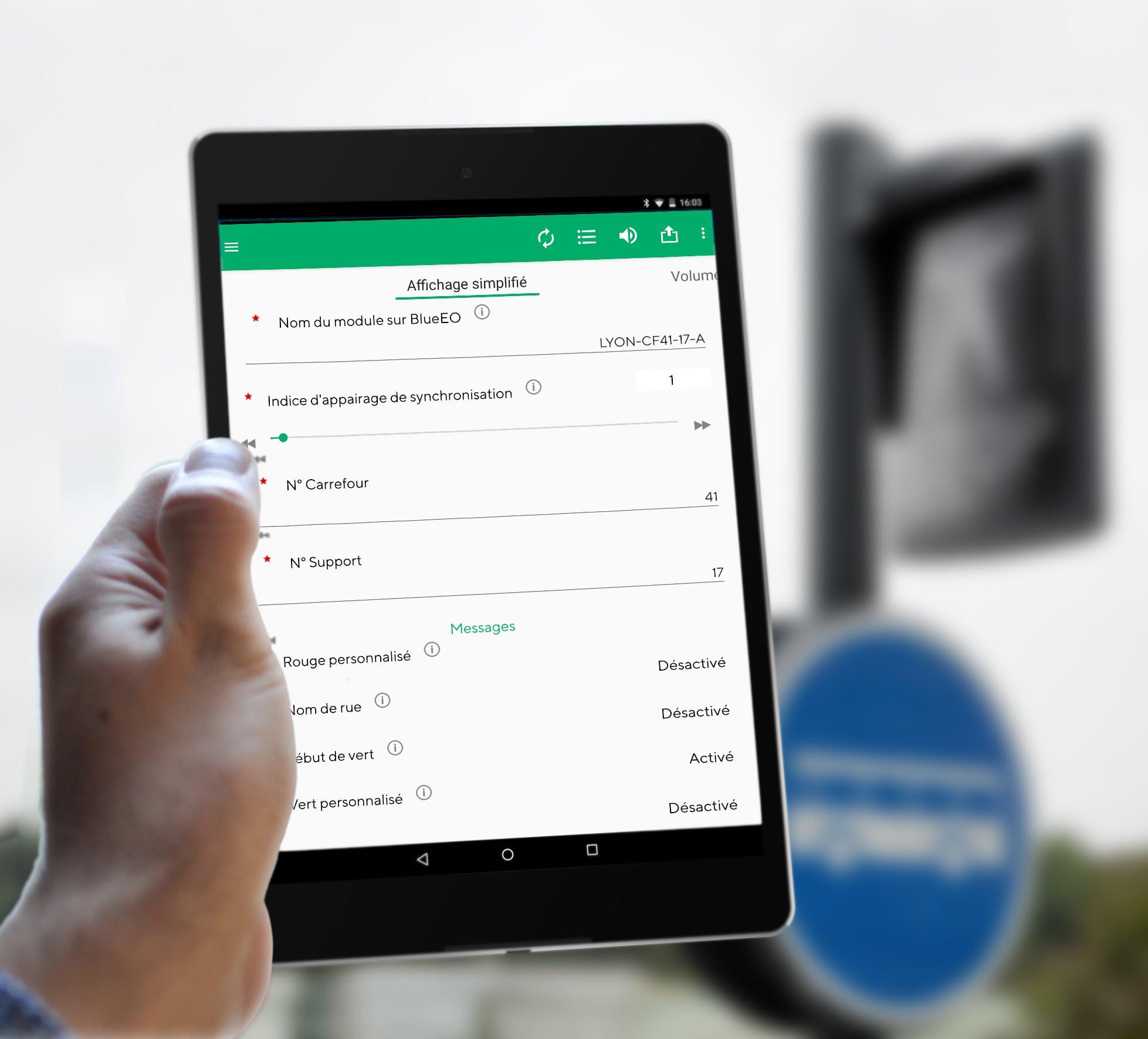 Démonstration d'une tablete équipée de BlueEo, l'outil de paramétrage des feux sonores pour les installateurs