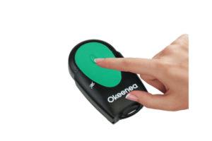 Une utilisatrice appuie sur le bouton de la télécommande