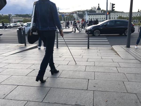Une femme aveugle traverse la rue en toute sécurité grâce au couloir sonore